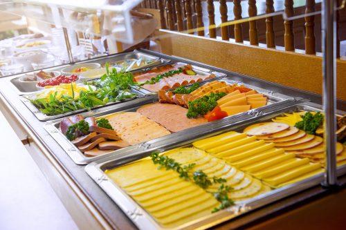 Wurst Käse frisches Obst zum Frühstück